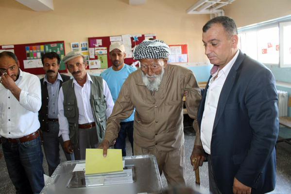 Mehmet Esenî 130serrîya xo de ray da (Resim: ANF).